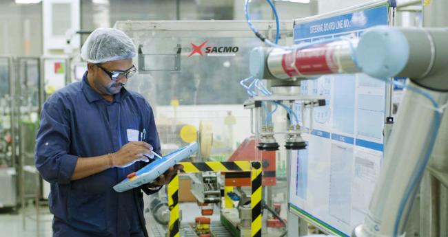 优傲协作机器人UR10执行码垛任务,减少欧莱雅工厂人体工程学风险