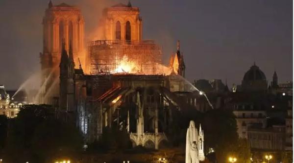两款中国无人机为巴黎圣母院灭火出力 外国网友:幸好有你们!