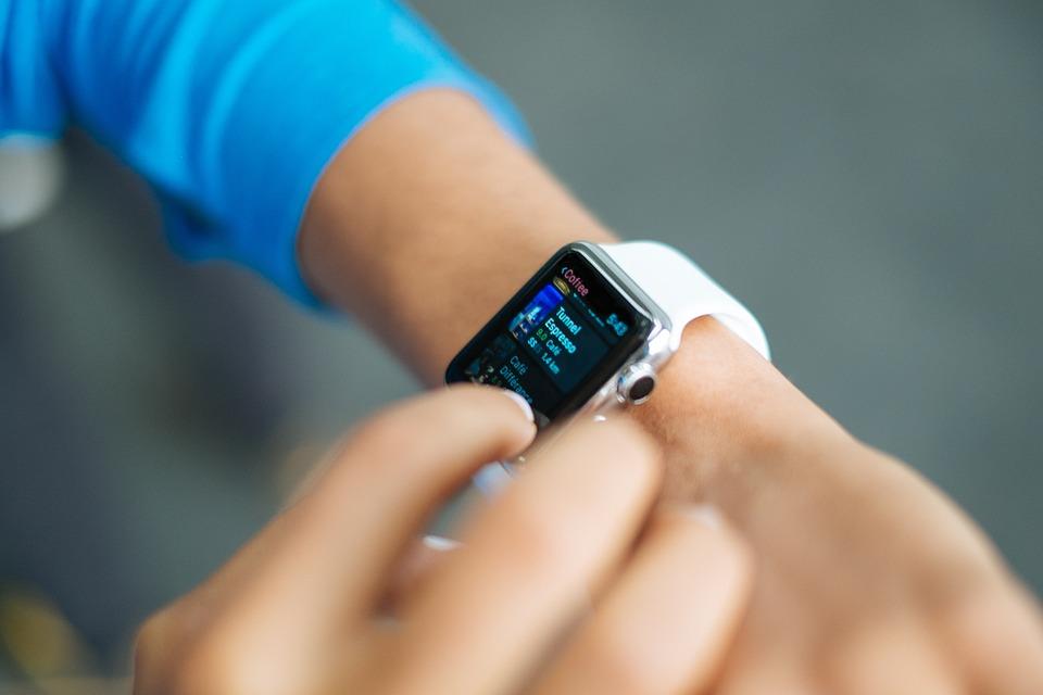 """智能穿戴只是""""伪需求""""吗?从苹果、亚马逊的产品演变,看穿戴式设备的下一步发展"""