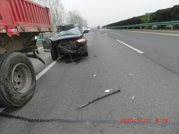 """车头被撞烂!轿车司机看无人机""""分心走神"""",追尾大货车酿祸"""